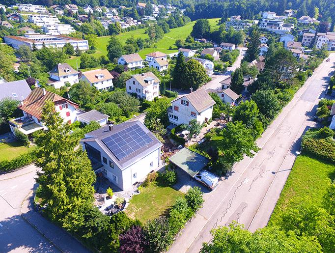 Drohnenfoto Solaranlage Zofingen Aufdach Fullblack Solarmodule Trina Solar Solar Edgeoptimiert ohne Solar Speicher