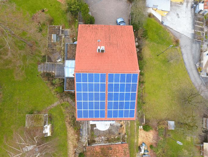 Drohnenfoto einer Solaranlage in Rothrist von oben. Aufdach Photovoltaik Polykristaline Module mit Schletter und SolarEdge optimiert