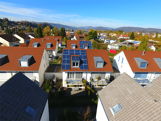 Solaranlage Aufdach in Strengelbach. SolarEdge optimiert und Ohne Speicher, in einem Solarquartier. Suntechpower und Schletter